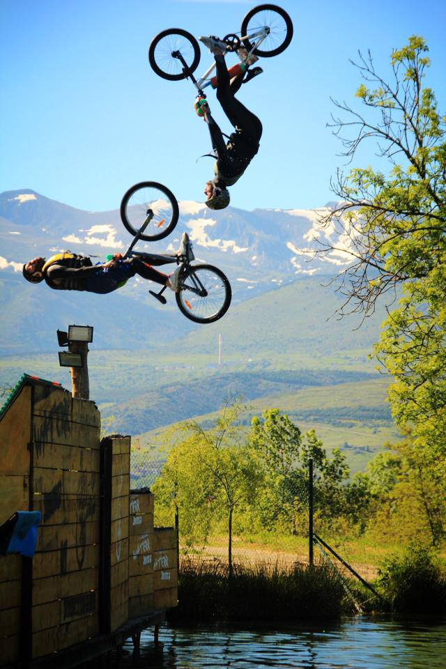 Double Back flip bike Water Jump Parc Drop-in Cerdanya